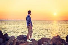 Coucher du soleil de observation de jeune homme Photos libres de droits