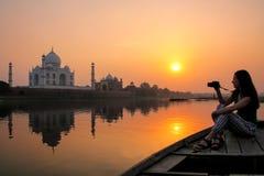 Coucher du soleil de observation de femme au-dessus de Taj Mahal d'un bateau, Âgrâ, Inde photos stock