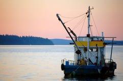 coucher du soleil de pêche de bateau Photographie stock