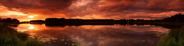 coucher du soleil de panorama de lac Photos stock