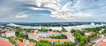 Coucher du soleil de panorama de ville de Hue un après-midi d'été Photo stock