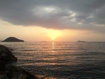 Coucher du soleil de Passionable sur la plage photo stock