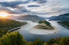 Coucher du soleil de paysage de rivière en montagne Bulgarie de rhodopes Photos libres de droits