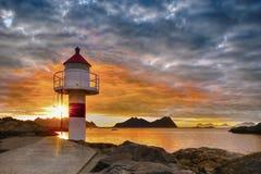 Coucher du soleil de paysage de la Norvège, montagnes rocailleuses de littoral, îles de Lofoten photographie stock