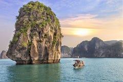 Coucher du soleil de paysage marin à la baie de Halong photographie stock