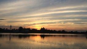Coucher du soleil de paysage sur l'étang au parc public clips vidéos