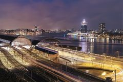 Coucher du soleil de paysage urbain de station de train d'Amsterdam Image libre de droits