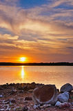 Coucher du soleil de Peacful sur le lac photos stock