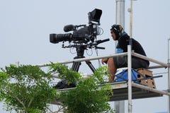 Coucher du soleil de pelliculage d'homme d'appareil-photo au-dessus de la mer Photographie stock