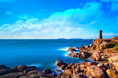Coucher du soleil de phare de Ploumanach dans la côte rose de granit, la Bretagne Photographie stock