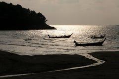 Coucher du soleil de Phuket sur des bateaux de pêche Photographie stock libre de droits