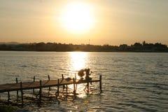 Coucher du soleil de pilier d'Isla de Flores Guatemala photos stock
