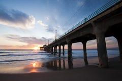 Coucher du soleil de pilier de Manhattan Beach grand-angulaire Photographie stock libre de droits