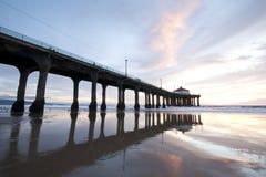 Coucher du soleil de pilier de Manhattan Beach grand-angulaire Image libre de droits