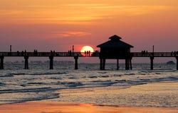 Coucher du soleil de pilier de pêche Image stock