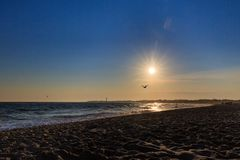 Coucher du soleil de plage au New Jersey de Cape May avec des silhouettes Photo stock