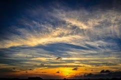Coucher du soleil de plage avec éclater des nuages images stock