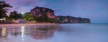 Coucher du soleil de plage d'ao Nang, Krabi, Thaïlande Photos stock