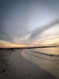 Coucher du soleil de plage d'Aruba avec le ciel magnifique Photographie stock libre de droits