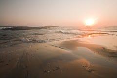 Coucher du soleil de plage de bord de la mer Photos libres de droits
