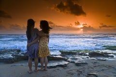 Coucher du soleil de plage de filles Photos libres de droits