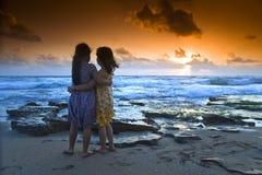 Coucher du soleil de plage de filles Images libres de droits