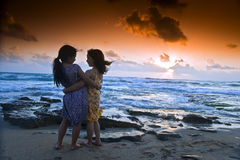 Coucher du soleil de plage de filles Photo stock