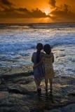 Coucher du soleil de plage de filles Image stock