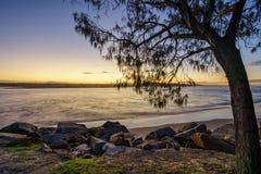 Coucher du soleil de plage de Noosa image stock