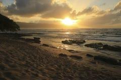 Coucher du soleil de plage de Papa'iloa images stock