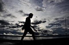Coucher du soleil de plage de Silhoutte Wondama Photographie stock libre de droits