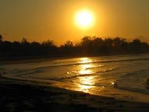 Coucher du soleil de plage de Tofo, Mozambique Image libre de droits