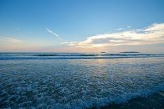 Coucher du soleil de plage en Sabah Malaysia images libres de droits