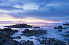 Coucher du soleil de plage de roche du ` s de lanta de Ko image libre de droits
