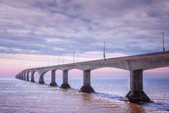 Coucher du soleil de pont de confédération, PEI Canada Photos stock