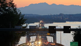 Coucher du soleil de pont de laps de temps du trafic de la route 520 de Seattle banque de vidéos