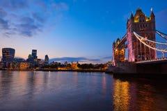 Coucher du soleil de pont de tour de Londres sur la Tamise images libres de droits