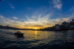 Coucher du soleil de pont de Galata Istanbul, Turquie image libre de droits