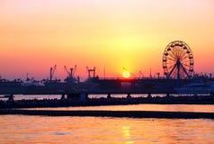 Coucher du soleil de port de Kaohsiung avec la roue de Ferris Images libres de droits