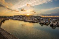 Coucher du soleil de port de pêche de bord de la mer de littoral image libre de droits