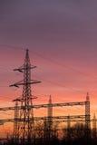 Coucher du soleil de pylônes de courant électrique Photo stock