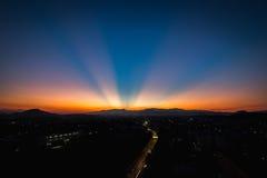 Coucher du soleil de raie léger sur la montagne Photo libre de droits