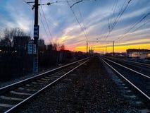 Coucher du soleil de ressort au-dessus du chemin de fer en Russie images libres de droits
