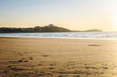Coucher du soleil de ressort au-dessus de Sandy Beach abandonné photographie stock