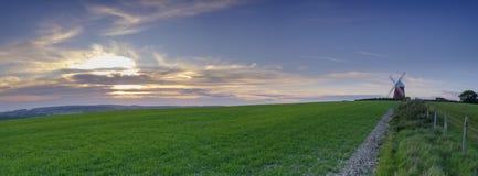 Coucher du soleil de ressort de moulin à vent de Halnaker, près de Chichester en parc national de bas du sud images libres de droits