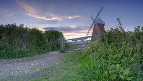 Coucher du soleil de ressort de moulin à vent de Halnaker, près de Chichester en parc national de bas du sud photo libre de droits
