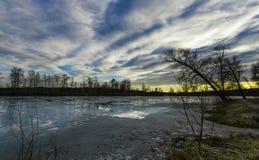 Coucher du soleil de ressort sur un étang près de Moscou photo libre de droits