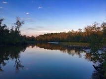 Coucher du soleil de rivière image libre de droits
