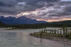 Coucher du soleil de rivière d'Athabasca au-dessus de montagne de pyramide Photo stock