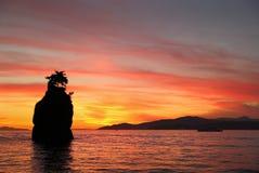 Coucher du soleil de roche de Siwash, baie anglaise, Vancouver Photos stock